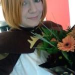 Ett dunkelt självporträtt av en nöjd Sanna och de blommor hon fick av Cosplay SM.